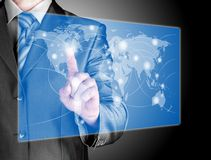 Mapa do mundo e conexão do toque do homem de negócio Imagem de Stock
