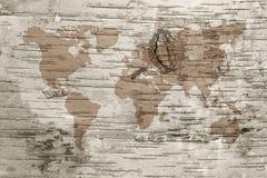 Mapa do mundo do Sepia na cortiça do vidoeiro fotografia de stock