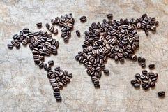 Mapa dos continentes dos feijões de café em um fundo de madeira Foto de Stock Royalty Free