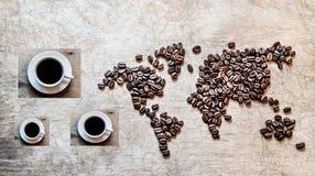 Mapa dos continentes dos feijões de café em um fundo de madeira Fotos de Stock