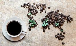 Mapa dos continentes dos feijões de café em um fundo de madeira Fotografia de Stock Royalty Free