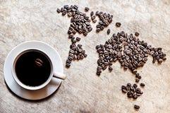 Mapa dos continentes dos feijões de café em um fundo de madeira Foto de Stock