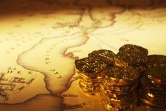 Mapa e Doubloons do tesouro Fotografia de Stock