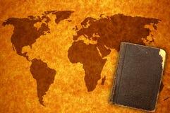 Mapa e livro de mundo foto de stock royalty free