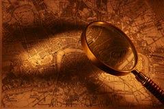 Mapa e lupa velhos Foto de Stock