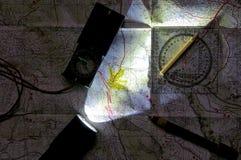 Mapa e orientação na opinião da noite Fotografia de Stock Royalty Free