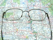 Mapa e vidros de estrada Fotos de Stock Royalty Free