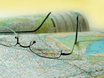 Mapa e vidros de estrada Imagens de Stock Royalty Free