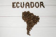 Mapa Ekwador robić piec kawowe fasole kłaść na białym drewnianym textured tle Zdjęcia Royalty Free