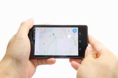 Mapa en el teléfono elegante Fotos de archivo libres de regalías