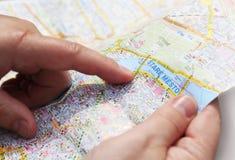 Mapa en manos Foto de archivo