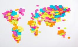 Mapa estilizado del mundo de etiquetas engomadas coloridas Fotos de archivo libres de regalías