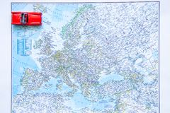 Mapa Europe Podróżować samochodowym pojęciem czerwieni samochodowa mała zabawka obrazy stock
