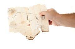 Mapa falso antiguo del tesoro del pirata de los controles del hombre Imágenes de archivo libres de regalías