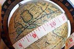 Mapa global del vintage con la cinta métrica fotografía de archivo libre de regalías