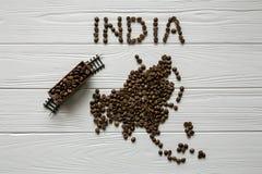 Mapa India robić piec kawowej fasoli mapa Azja robić piec kawowi bes kłaść na białym drewnianym textured tle Zdjęcie Royalty Free