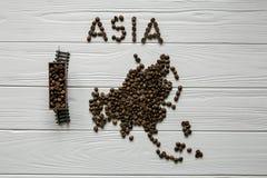 Mapa Indlia robić piec kawowy beanMap Azja robić piec kawowi bes kłaść na białym drewnianym textured tle Fotografia Royalty Free