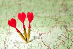 Mapa itinerario con los dardos rojos Imagen de archivo