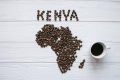 Mapa Kenja robić piec kawowe fasole kłaść na białym drewnianym textured tle z filiżanką kawy Fotografia Royalty Free