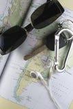 Mapa, llave, Sunglass y botones de oído Fotografía de archivo