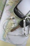 Mapa, llave, teléfono móvil y botones de oído Fotos de archivo