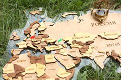 Mapa na trawie z istnym kompasem fotografia royalty free