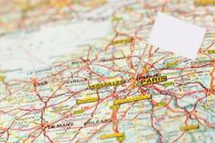 Mapa París con el marcador de la bandera blanca Imagenes de archivo