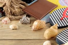 Mapa, pasaporte, y conchas marinas del concepto A del viaje en una tabla de madera natural Relajación holidays imagenes de archivo