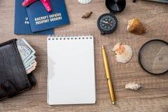 Mapa, passaporte, dinheiro, caderno e compasso Imagem de Stock