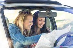 Mapa perdido carro da busca das mulheres da viagem por estrada Imagem de Stock