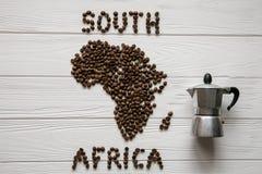 Mapa Południowa Afryka robić piec kawowe fasole kłaść na białym drewnianym textured tle z kawowym producentem Fotografia Royalty Free