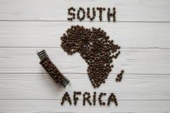 Mapa Południowa Afryka robić piec kawowe fasole kłaść na białym drewnianym textured tle z zabawka pociągiem Fotografia Royalty Free