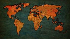Mapa político del vintage del mundo con las banderas nacionales libre illustration
