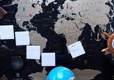 Mapa político negro del mundo Todavía vida de un viajero Fotos de archivo