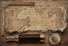 Mapa rasgado velho do tesouro com vida da opinião superior do compasso e do telescópio pequeno ainda Conceito da aventura e do cu imagem de stock