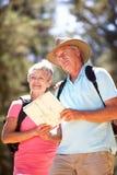 Mapa sênior da leitura dos pares na caminhada do país Imagem de Stock Royalty Free
