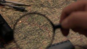 Mapa velho com lente de aumento, divisor e régua video estoque