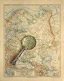 Mapa viejo de Rusia con la lupa Imagenes de archivo