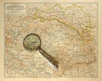Mapa viejo del imperio húngaro con la lupa Imagen de archivo