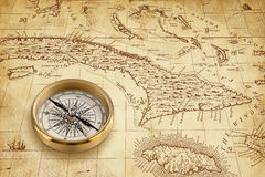 Mapa viejo del pirata con el compás de cobre amarillo Imagen de archivo libre de regalías
