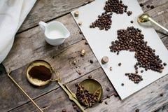 Mapa świat, kawowe fasole na starym papierze Eurasia, Ameryka, Australia, Afryka Rocznik Czarna kawa, zmielona kawa Obrazy Royalty Free