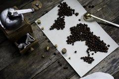 Mapa świat, kawowe fasole na starym papierze Eurasia, Ameryka, Australia, Afryka Rocznik Czarna kawa, zmielona kawa Fotografia Royalty Free