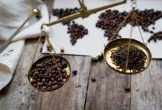 Mapa świat, kawowe fasole na starym papierze Eurasia, Ameryka, Australia, Afryka Rocznik Czarna kawa, zmielona kawa Fotografia Stock