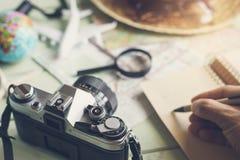 Mapa y accesorios del viajero con la cámara retra Fotos de archivo libres de regalías
