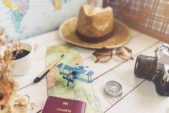 Mapa y accesorios del viajero en fondo de madera Imágenes de archivo libres de regalías