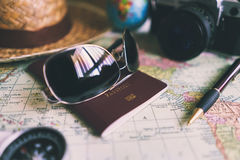 Mapa y accesorios del viajero en fondo de madera Fotografía de archivo libre de regalías