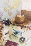 Mapa y accesorios del viajero en fondo de madera Imagenes de archivo
