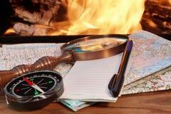 Mapas de camino, compás, cuaderno, pluma y una lupa Imágenes de archivo libres de regalías