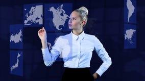 Mapas móviles de la negocio-mujer bonita con su mano en una pantalla táctil virtual