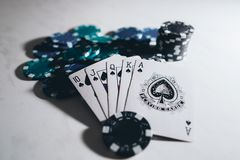 Mapas y contadores del póker foto de archivo libre de regalías